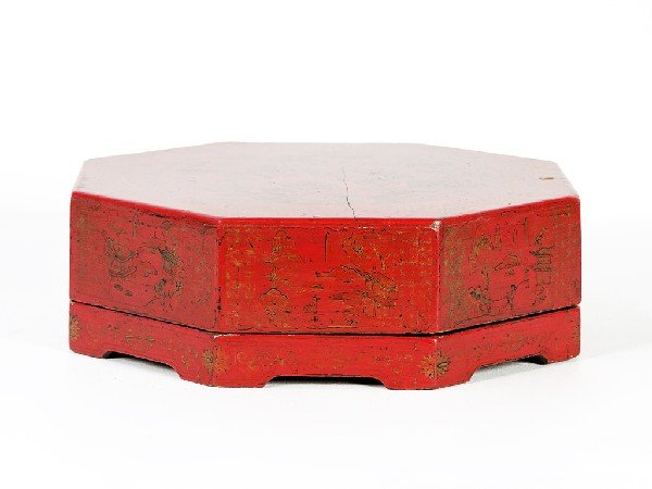 11: AN OCTAGONAL CHINESE PICNIC BOX Twentieth Century