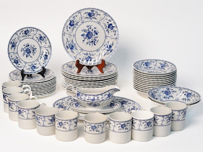 12: AN INDIES PATTERN ENGLISH DINNERWARE SET FOR TWELVE