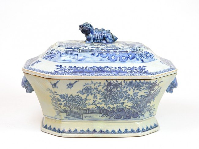 7: A CHINESE COVERED TUREEN WITH FOO DOG ON LID AND SID