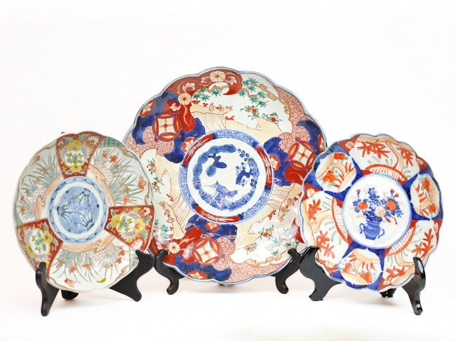 10: A COLLECTION OF THREE HAND PAINTED CHINESE IMARI PO
