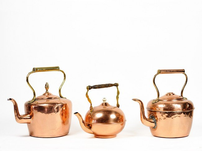 19: AN ANTIQUE PAIR OF COPPER KETTLES WITH LIDS AND HAN