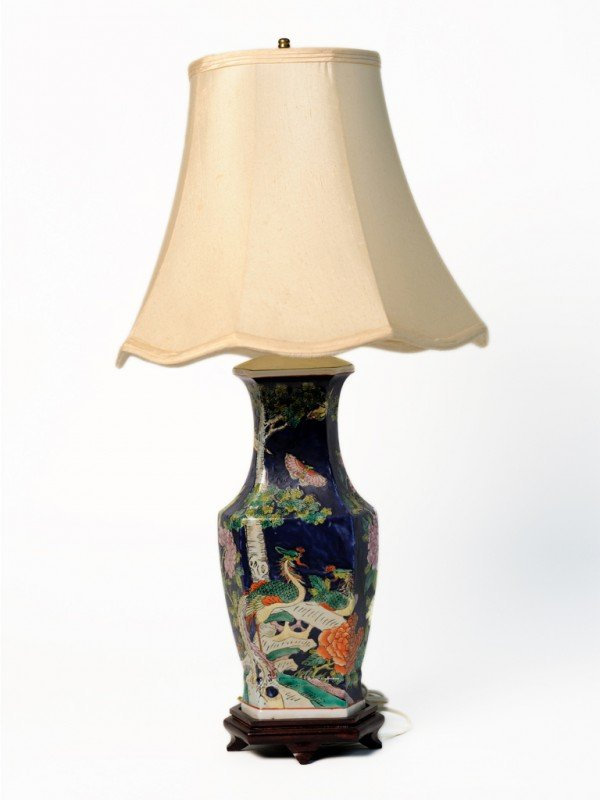 11: AN ORIENTAL PAINTED PORCELAIN TABLE LAMP