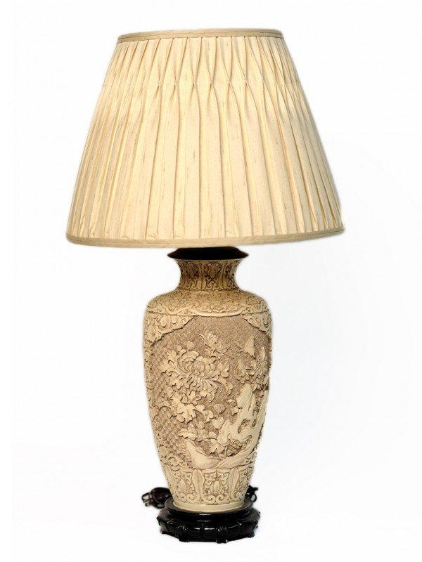 12: A HIGHLY CARVED ORIENTAL TABLE LAMP RESEMBLING CINN