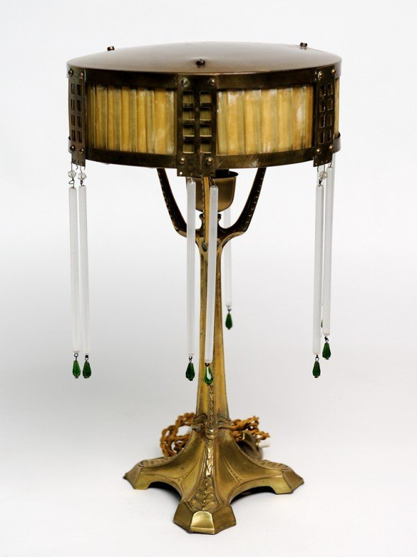 18: AN ART NOUVEAU TABLE LAMP ON BRASS PEDESTAL BASE WI