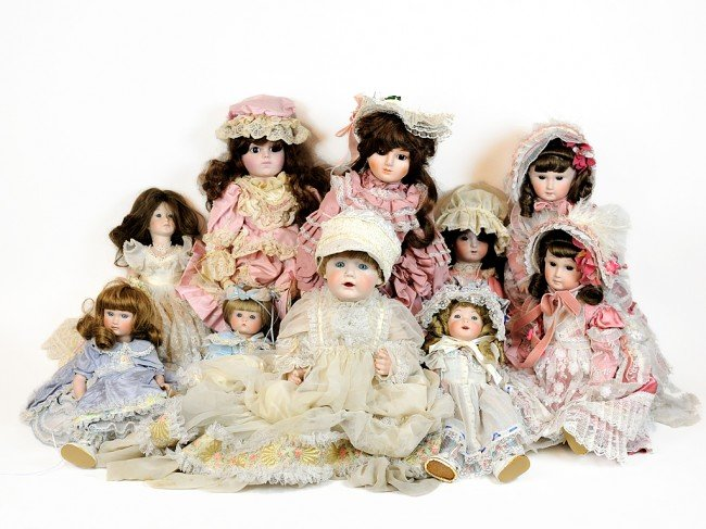 14: A COLLECTION OF NINE COLLECTIBLE DOLLS