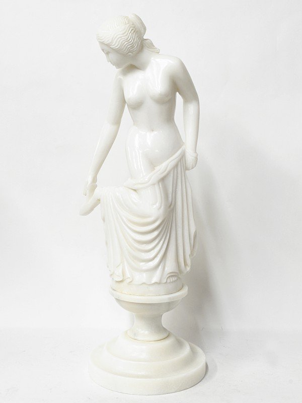 20: A MARBLE SCULPTURE OF A WOMAN ON A WAISTED PEDESTAL