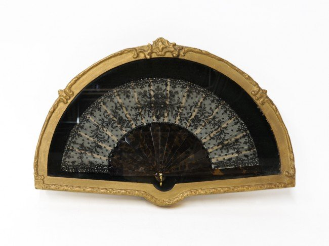 22: A TORTOISE SHELL AND LACE FAN IN GLASS GILDED CASE