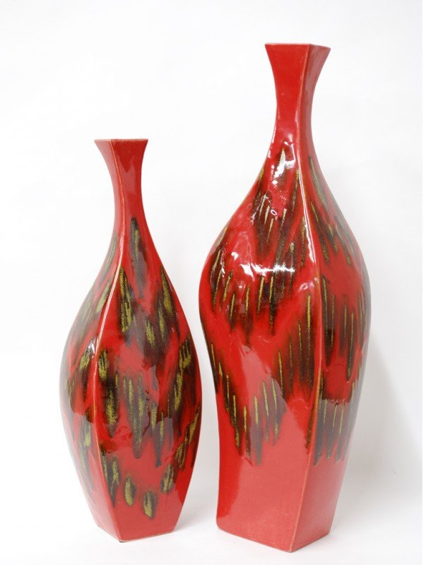 15: A PAIR OF DECORATIVE CERAMIC VASES WITH RED GLAZE