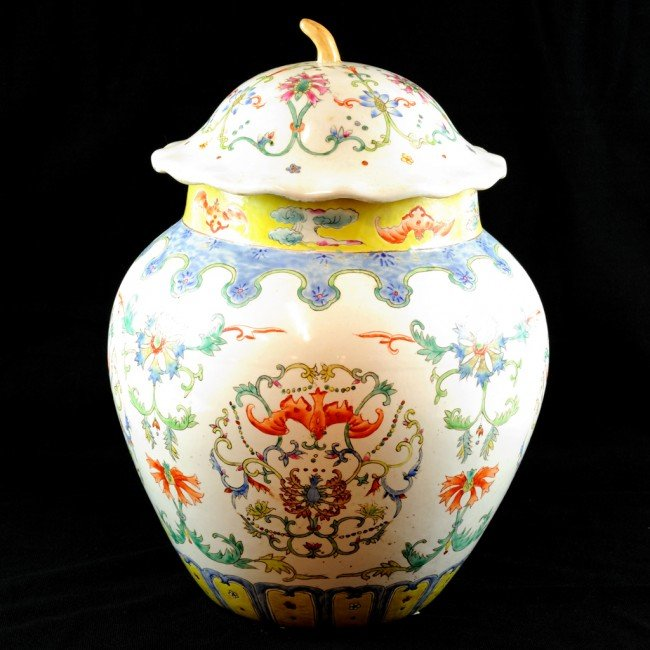 15: AN ANTIQUE CHINESE FAMILLE ROSE JAR WITH COVER, Lat