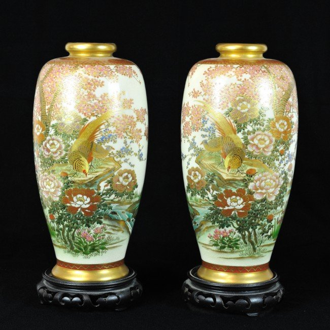 16: A PAIR OF HAND PAINTED CHINESE VASES