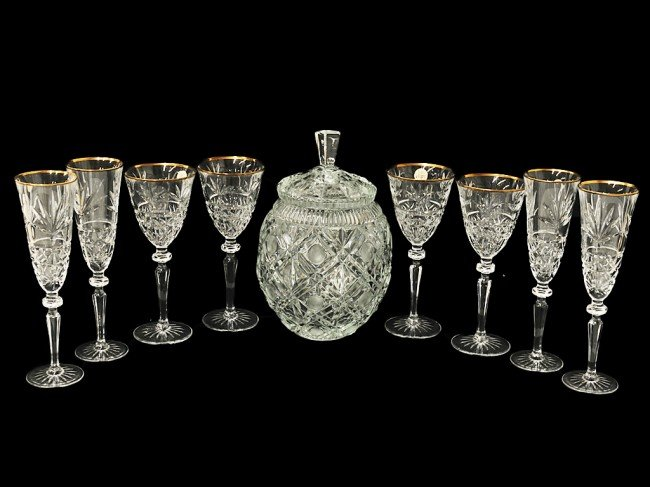 10: A COLLECTION OF d'ARQUES STEMWARE WITH COVERED JAR,