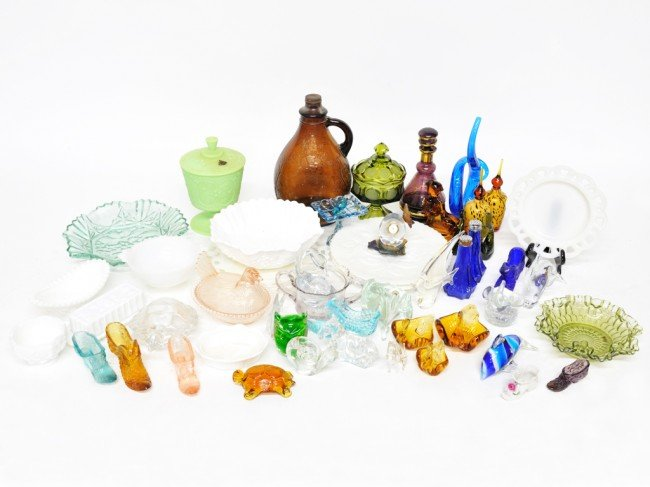 20: A LOT OF MISCELLANEOUS COLORED GLASS INCLUDING SOME