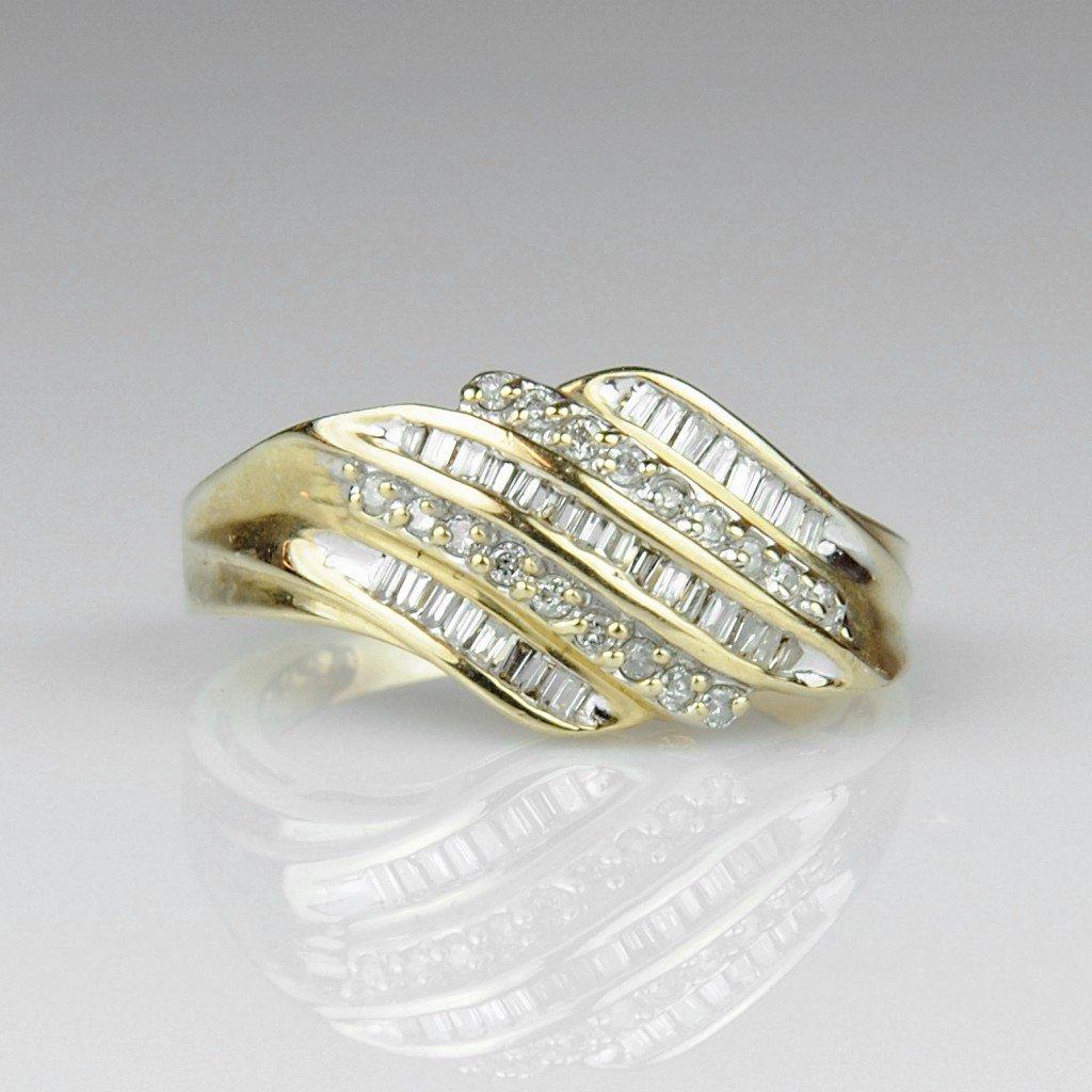 10: 10KT LADIES DIAMOND DINNER RING -