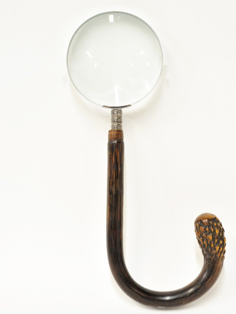 24: A MAGNIFYING GLASS WITH CARVED AND CURVED BAMBOO HA