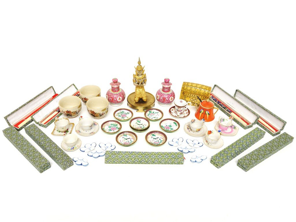 10: A COLLECTION OF MISCELLANEOUS ASIAN ITEMS Approxima