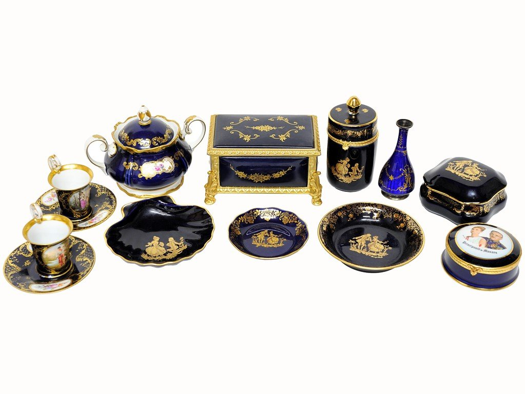 12: A COLLECTION OF COBALT PORCELAIN PIECES, SOME WITH