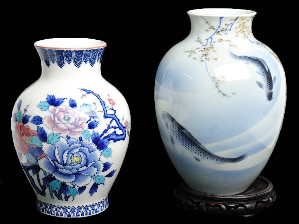 12: TWO PORCELAIN JARS; ONE JAPANESE; ONE CHINESE 2 pie
