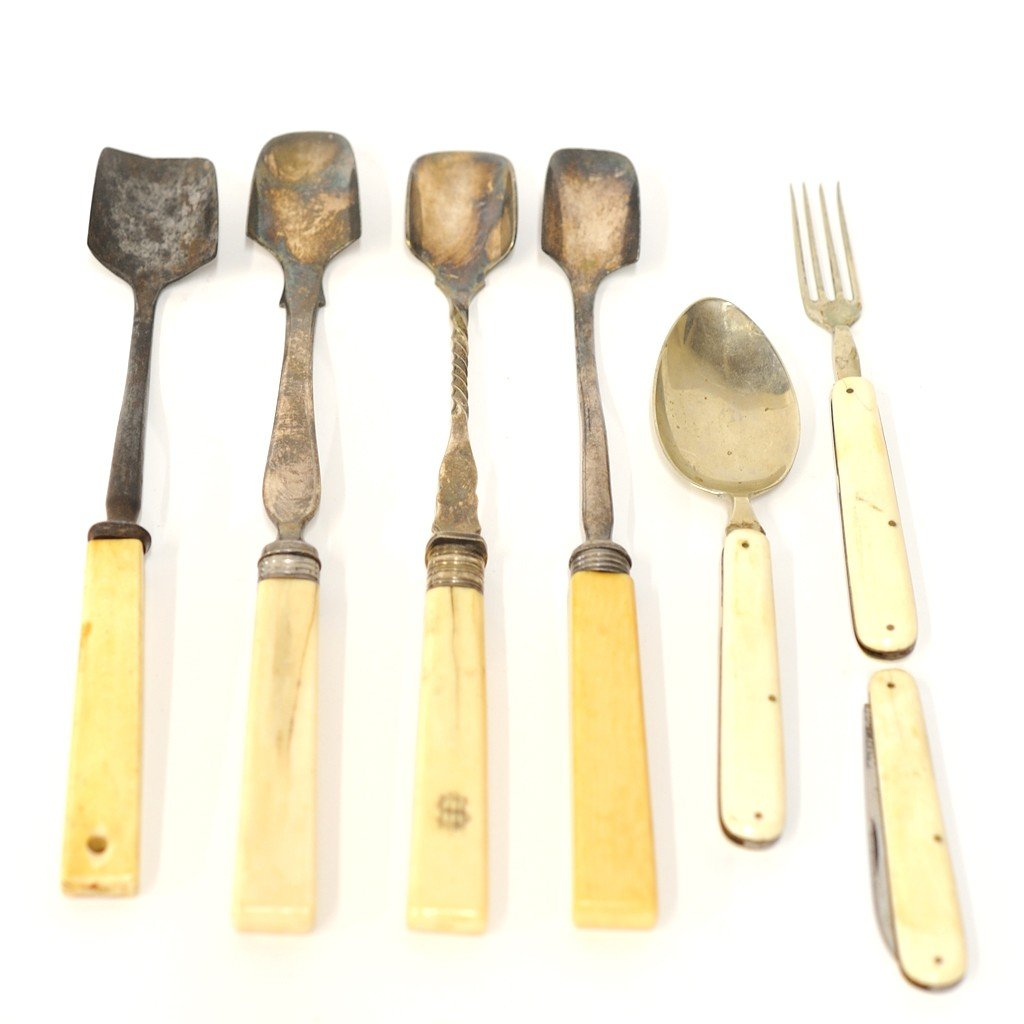 20: MISCELLANEOUS LOT WITH EARLY 19th CENTURY IVORY HAN