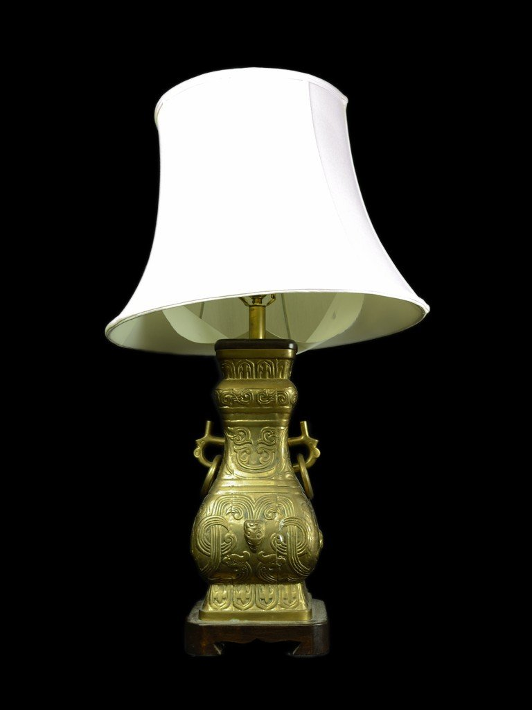 12: AN ATTRACTIVE BRASS CHINESE STYLE LAMP WITH SHADE