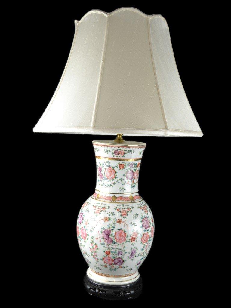 13: A DECORATIVE PORCELAIN TABLE LAMP