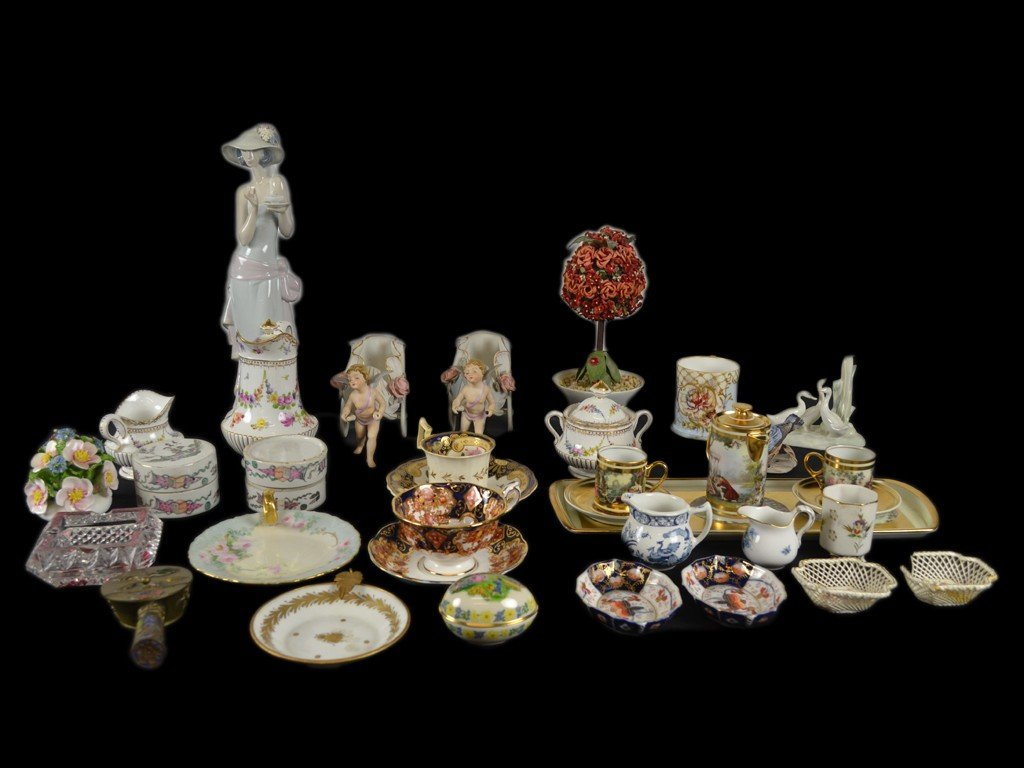 15: A LARGE LLADRO FIGURINE OF A LADY TOGETHER WITH AN
