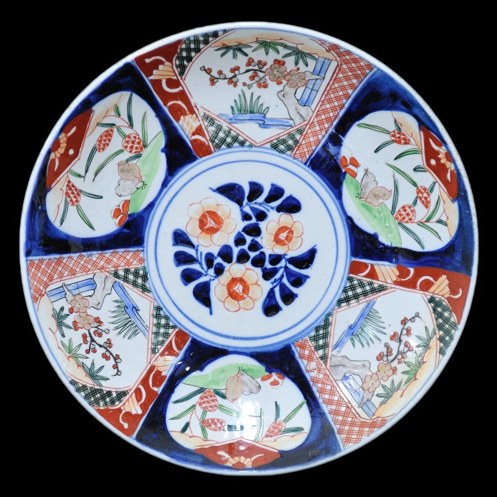 21: A HAND PAINTED JAPANESE IMARI CHARGER