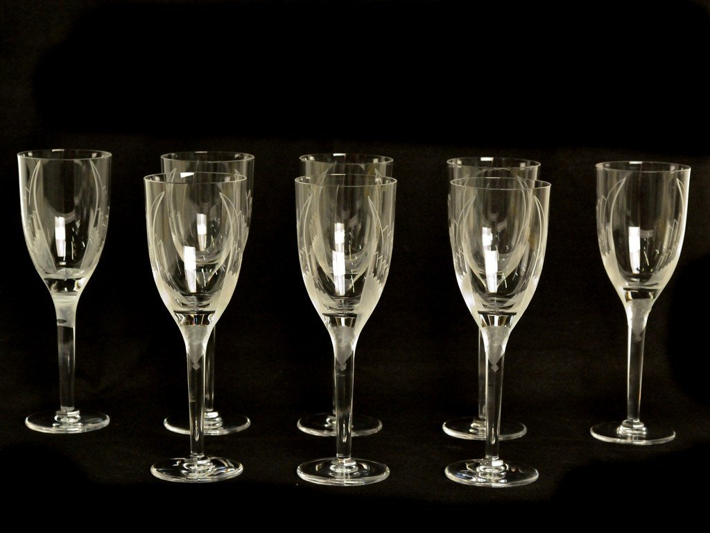 19: A SET OF 8 LALIQUE CRYSTAL CHAMPAGNE STEMS Includes