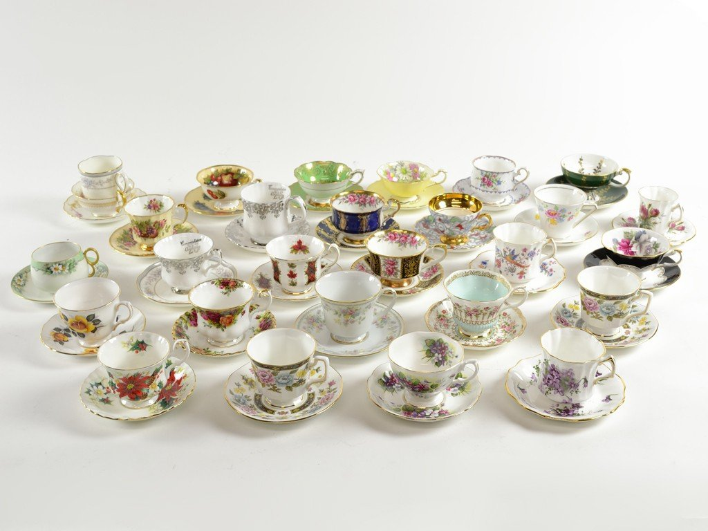 24: A LARGE COLLECTION OF VINTAGE CUPS & SAUCERS
