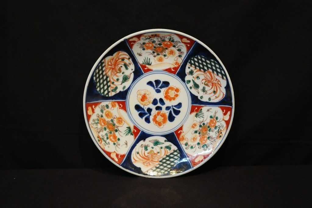 9: A DECORATIVE JAPANESE IMARI STYLE CHARGER