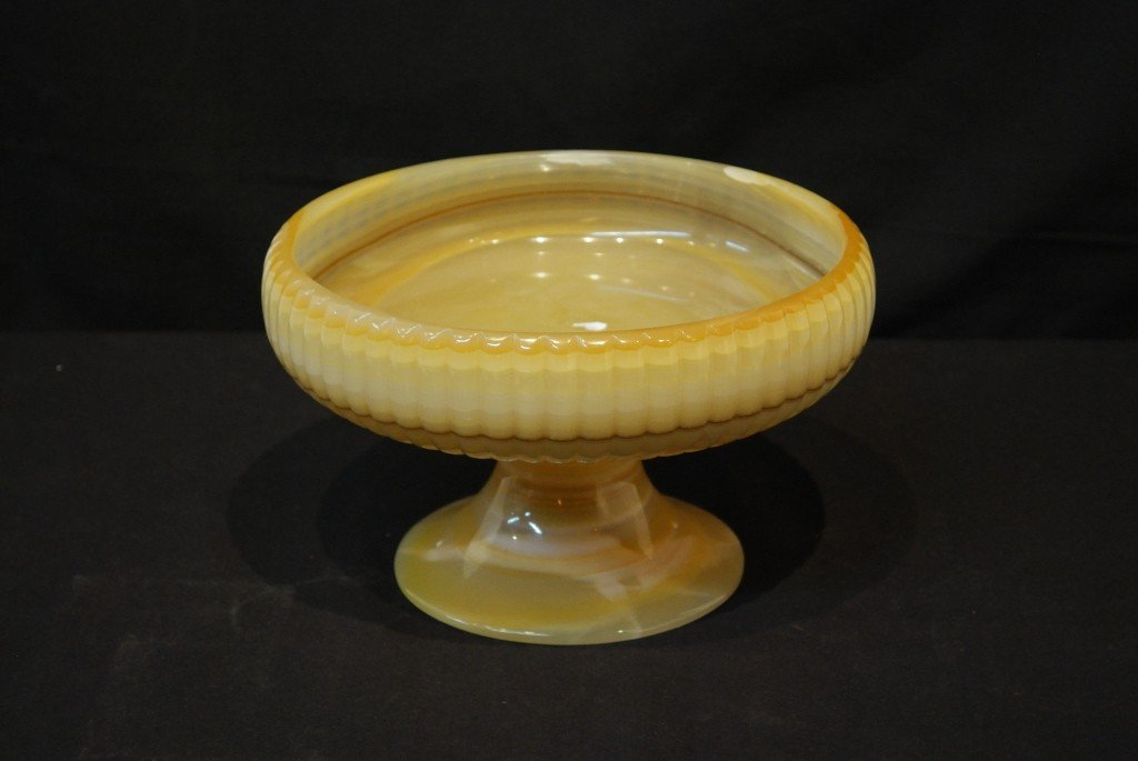10: A DECORATIVE MEXICAN ONYX FOOTED BOWL
