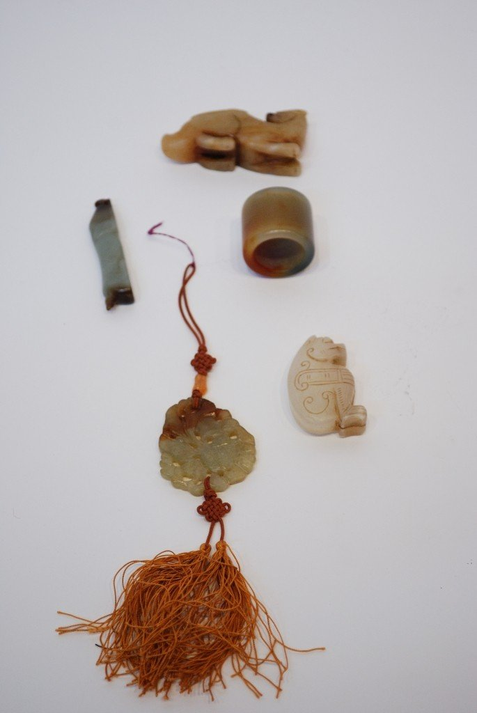 6: A LOT OF CARVED CHINESE JADE & HARDSTONE ITEMS