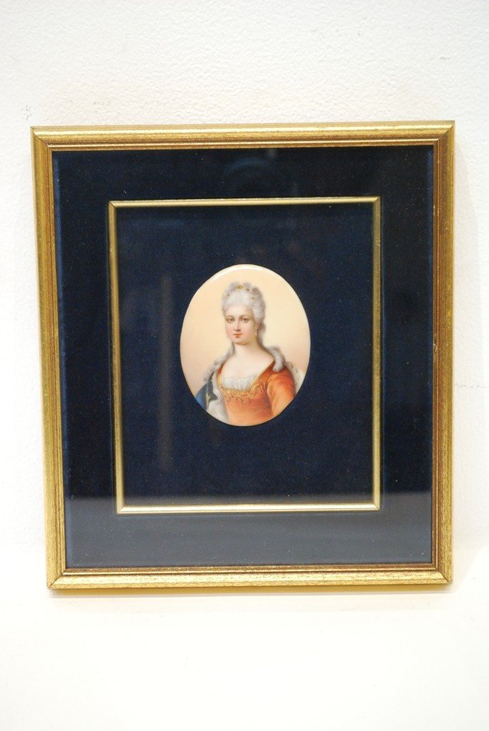 17C: A FINE MINIATURE PAINTING ON PORCELAIN OF A LADY