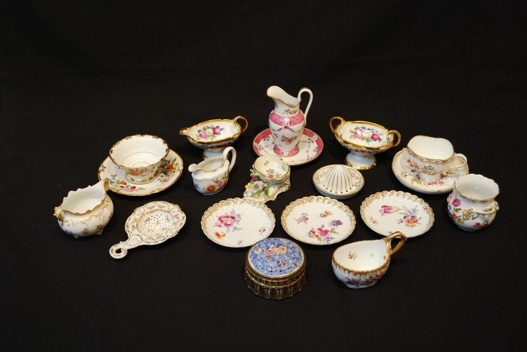 18: A LOT OF PRIMARILY DRESDEN PORCELAIN ITEMS 19 piece