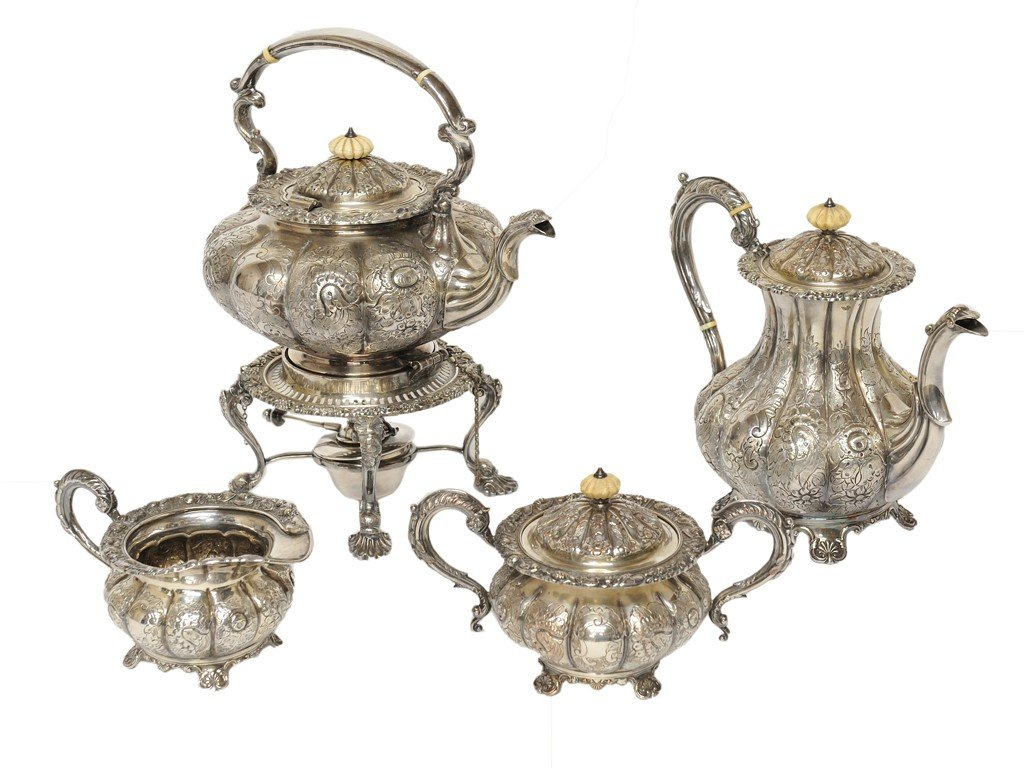 18: A FOUR-PIECE ENGLISH SILVERPLATED TEA SERVICE 4 pie