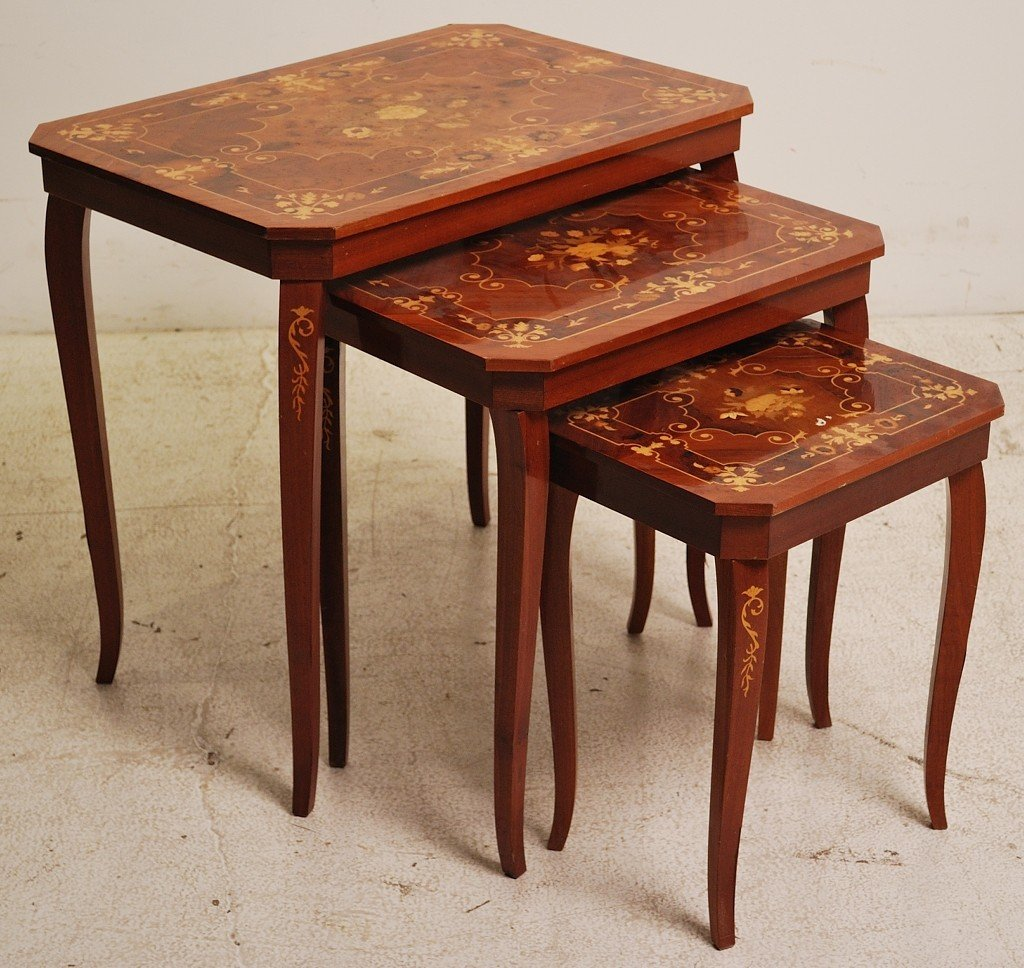 147: A VINTAGE TRIO OF ITALIAN INLAID NESTING TABLES