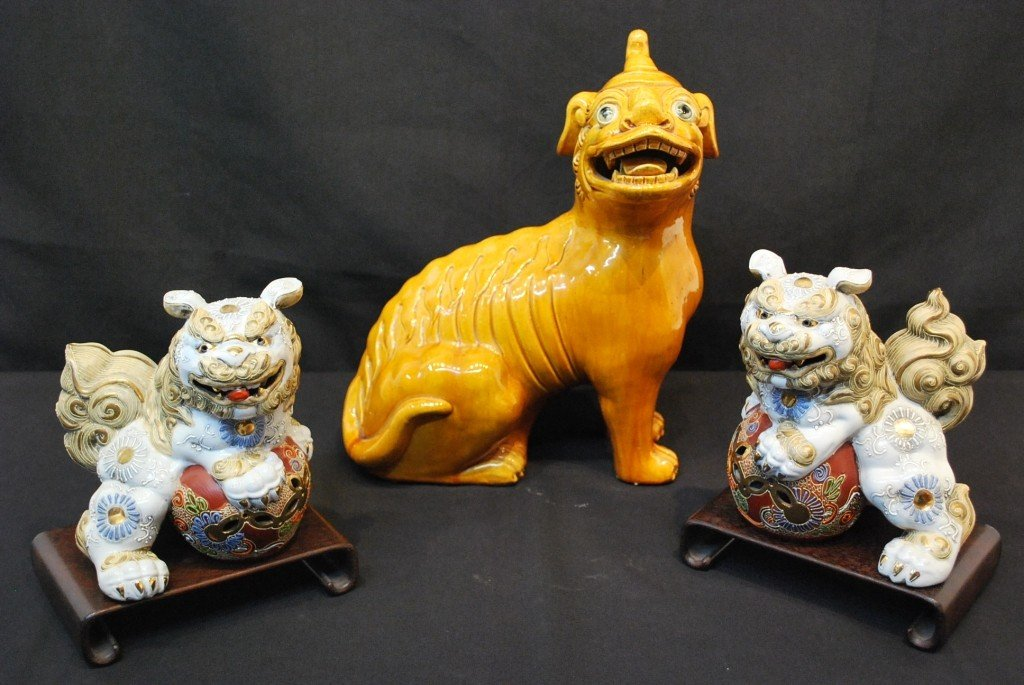 8: A GROUP OF CHINESE & JAPANESE CERAMIC FOO DOG FIGURE