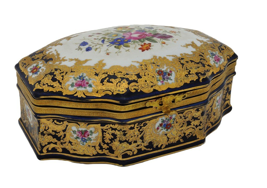 23: A SÈVRES STYLE GILDED AND DECORATED PORCELAIN LIDDE