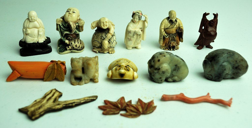 4: A GROUP OF 14 SMALL CHINESE & JAPANESE CARVED ITEMS