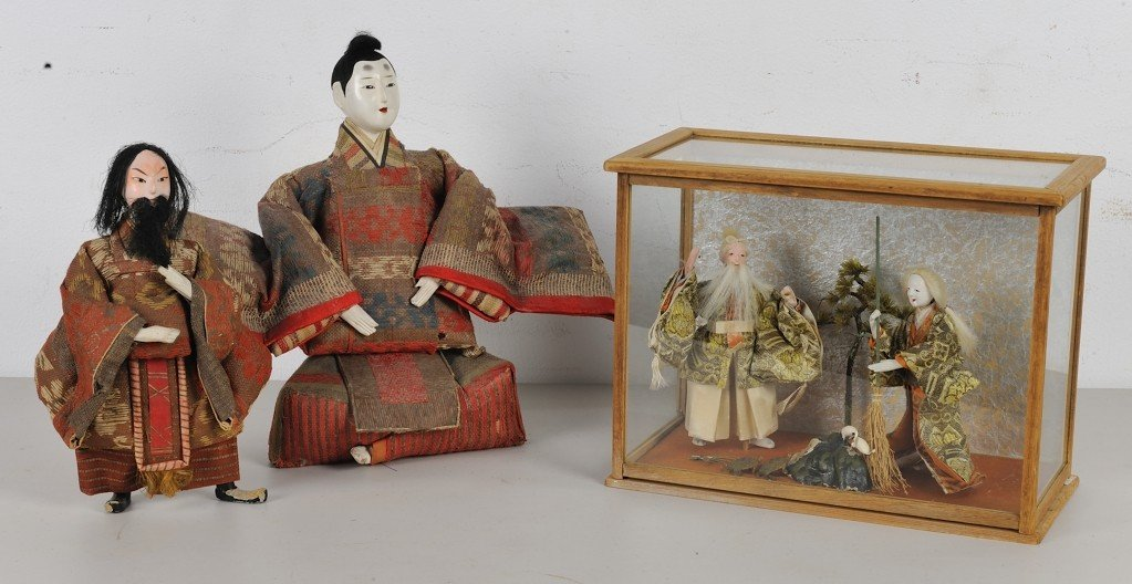 A PAIR OF JAPANESE DOLL FIGURES & A DIORAMA