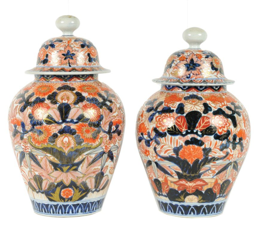 7: A PAIR OF IMARI JARS WITH COVERS 19th Century