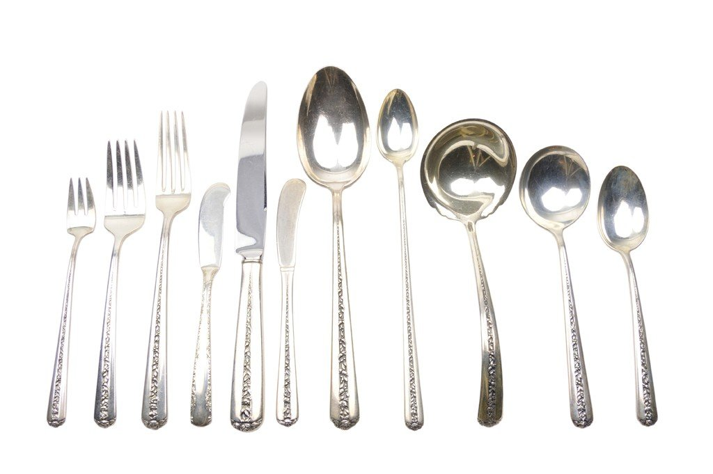 8: A 108-PIECE SET OF TOWLE STERLING SILVER FLATWARE Am