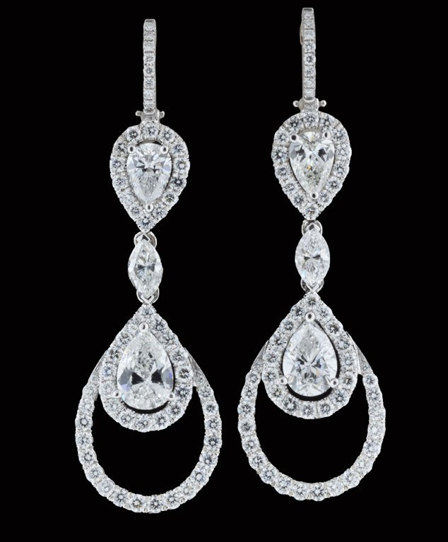 17: A PAIR OF 18K WHITE GOLD AND DIAMOND EARRINGS