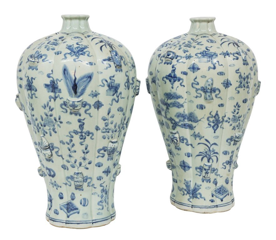 182: A PAIR OF LARGE CHINESE BLUE AND WHITE PORCELAIN V