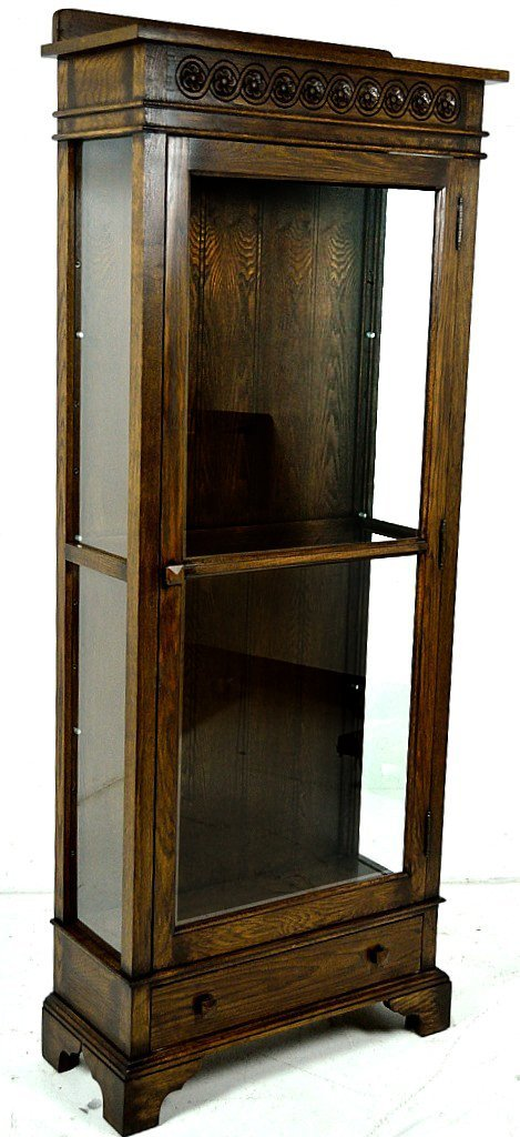 32: A SMALL SINGLE DOOR OAK DISPLAY CABINET
