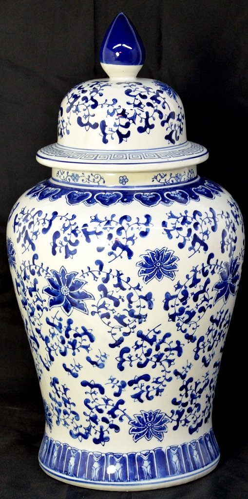 2: A BLUE AND WHITE ASIAN STYLE PORCELIAN JAR WITH LID