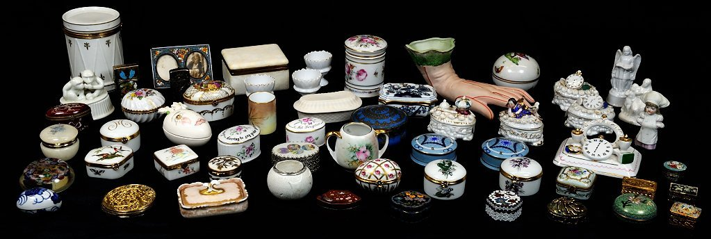 7: A MIXED LOT OF 57 SMALL DECORATIVE ITEMS