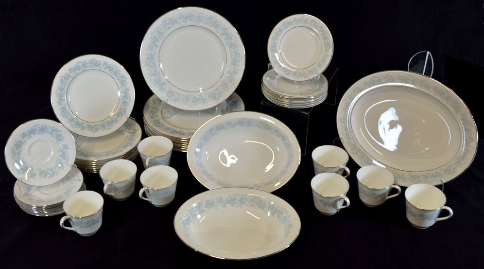 7: A 42-PIECE SET OF ROYAL DOULTON CHINA DINNERWARE