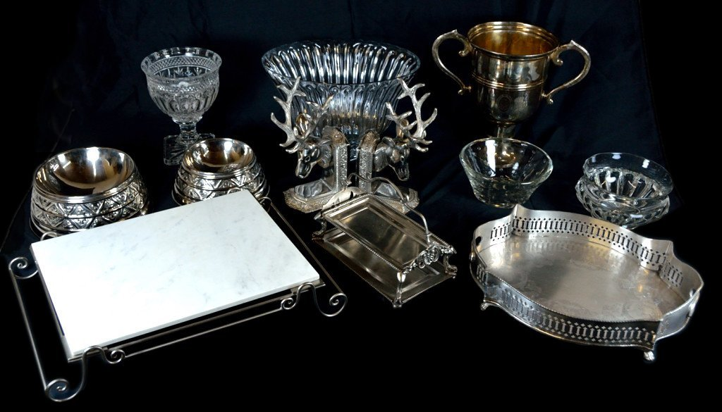 8: A GROUP OF TWELVE DECORATIVE METAL AND GLASS ITEMS