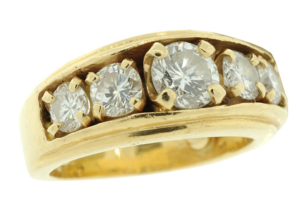 19: A MAN'S 14K GOLD AND DIAMOND RING Good condition.