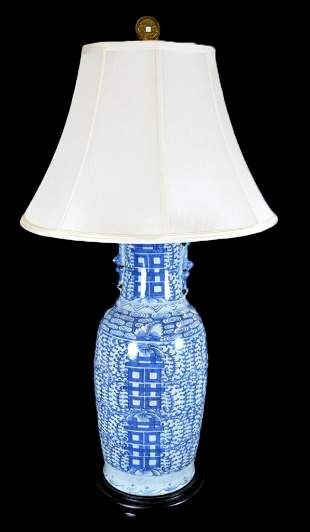 A CHINESE STYLE BLUE AND WHITE PORCELAIN JAR LAMP